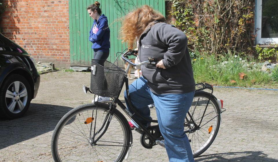 Aufsteigen Fahrrad mit Adipositassimulation BBS Cuxhaven