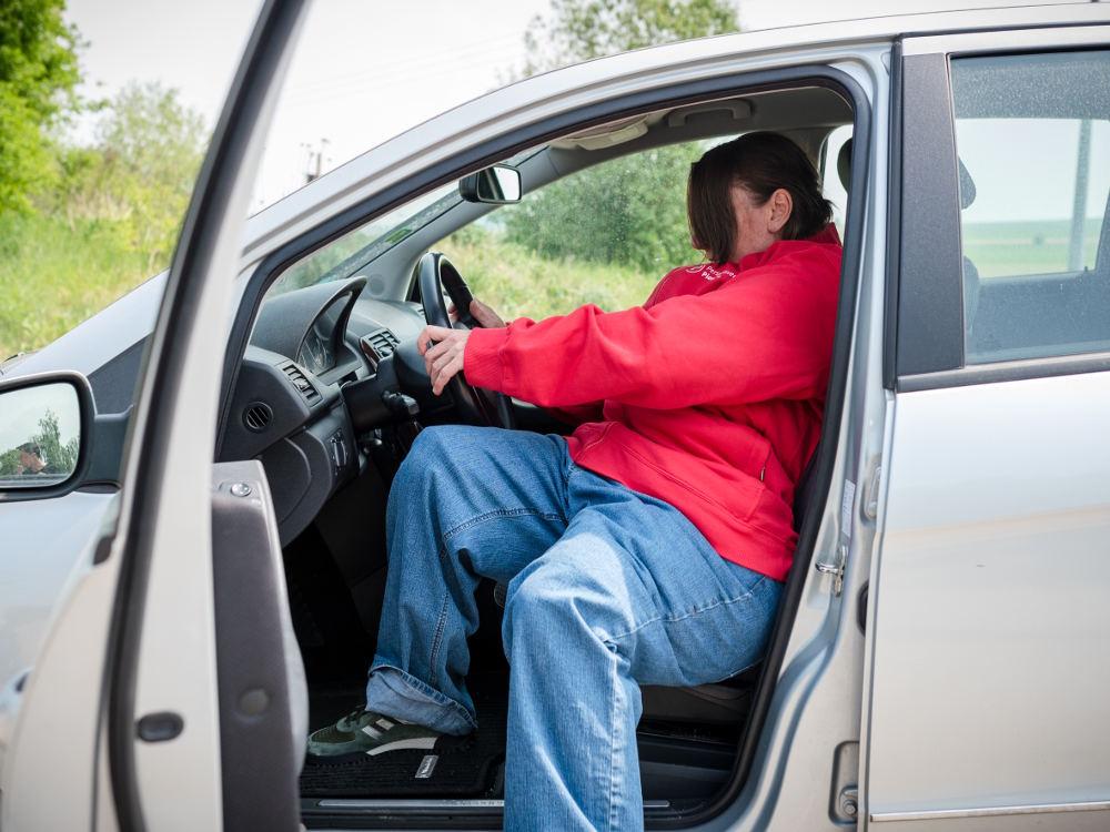 Adipositasanzug Einsteigen Auto