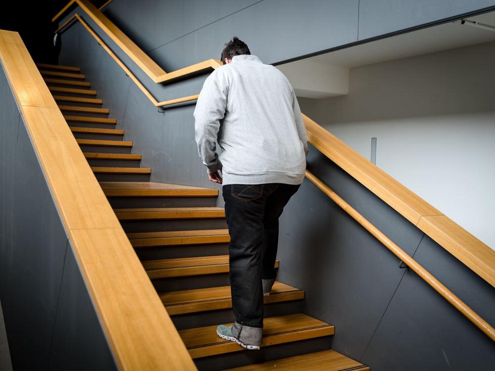 Adipositasanzug Treppensteigen