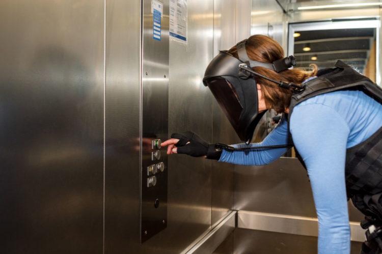 Alterssimulationsanzug Fahrstuhl