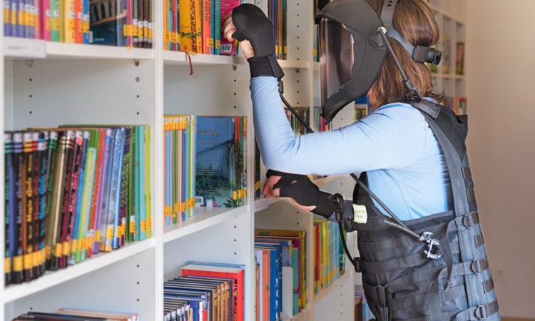 Alterssimulationsanzug Bücherregal