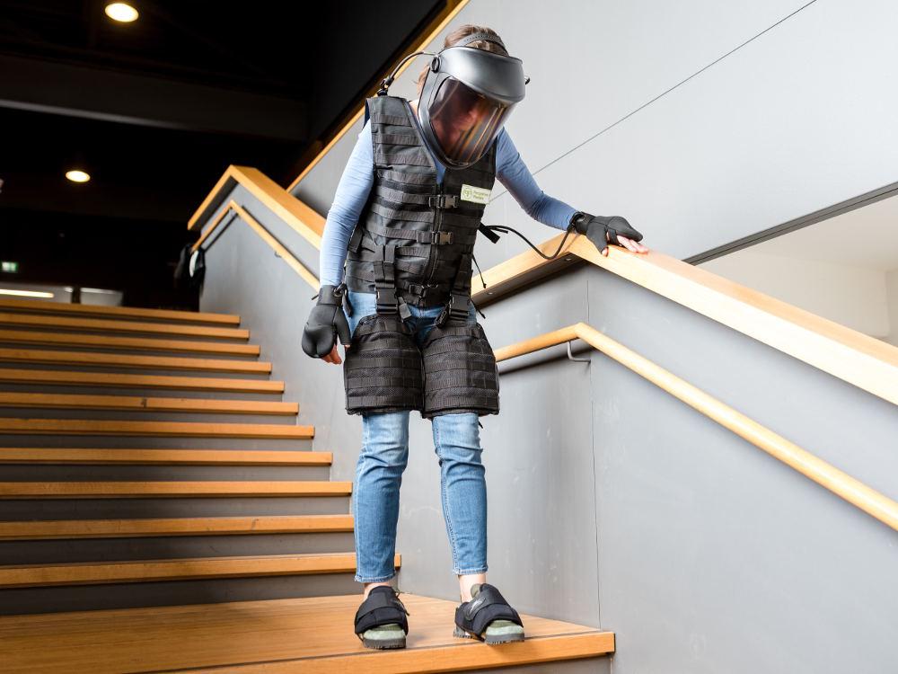 Alterssimulationsanzug Absatz Treppe