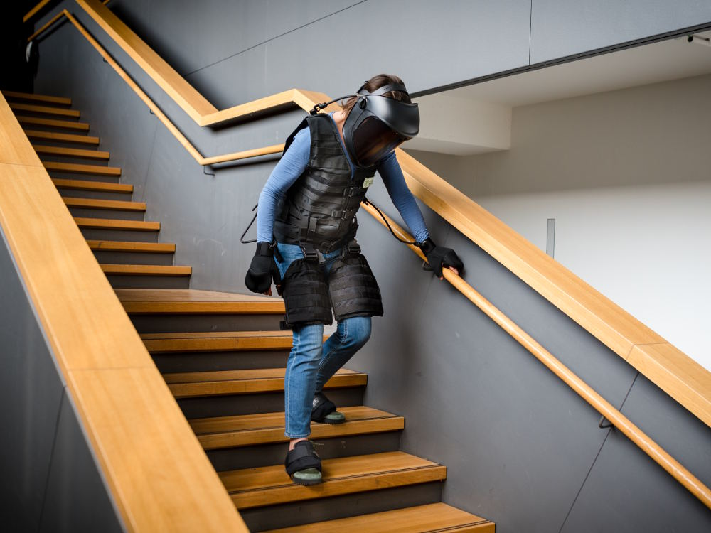 Alterssimulationsanzug Stufe Treppe